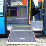 Bus mit ausgeklappter Rollstuhlrampe