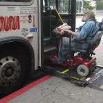 Rollstuhlfahrer auf Rampe von Bus in San Francisco