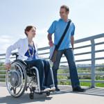 Rollstuhlfahrerin mit Zusatzantrieb